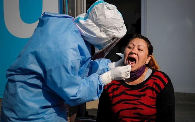 América Latina y el Caribe rozan los cinco millones de casos de COVID-19 - Un trabajador de la salud le practica una prueba para COVID-19 a mujer en Villa Fiorito, en la provincia de Buenos Aires. Foto de EFE/ Juan Ignacio Roncoroni.