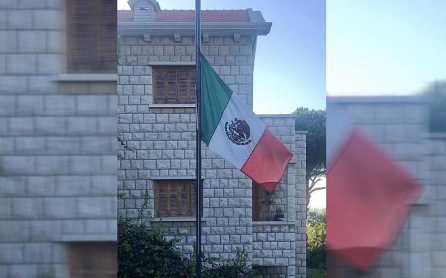 No hay reporte de mexicanos víctimas de explosión en Beirut, asegura embajador - Bandera de México a media asta en Embajada de Líbano, en solidaridad con víctimas de explosión en Beirut. Foto de @JoseIMadrazoB