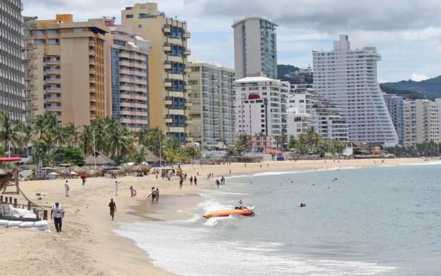 Las llegadas de turistas caerán un 50 por ciento en 2020 por la pandemia - Bañistas en Acapulco. Foto de @AcapulcoGob