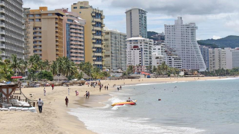 Guerrero se prepara para recibir a turistas en fin de año, aseguró Héctor Astudillo; pide mantener medidas sanitarias - Bañistas en Acapulco. Foto de @AcapulcoGob