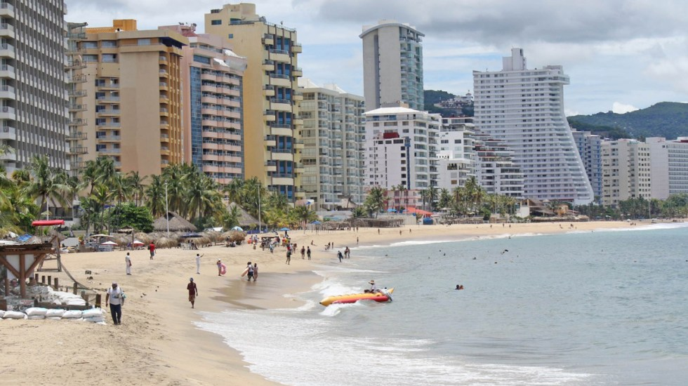 Gobernador Astudillo pide reforzar medidas sanitarias ante alza de afluencia turística - Bañistas en Acapulco. Foto de @AcapulcoGob