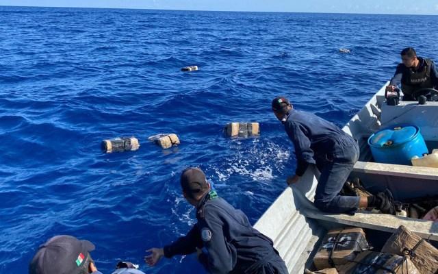 Aseguran dos toneladas de cocaína arrojadas al mar en Acapulco - Bultos de cocaína arrojados al mar frente a puerto de Acapulco. Foto de @SEMAR_mx