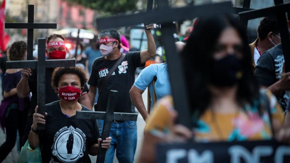 Latinoamérica supera a Europa en número de muertes por COVID-19 - Personas sostienen cruces en la caminata Día de Luto en Sao Paulo, Brasil, con motivo de las muertes por COVID-19. Foto de EFE