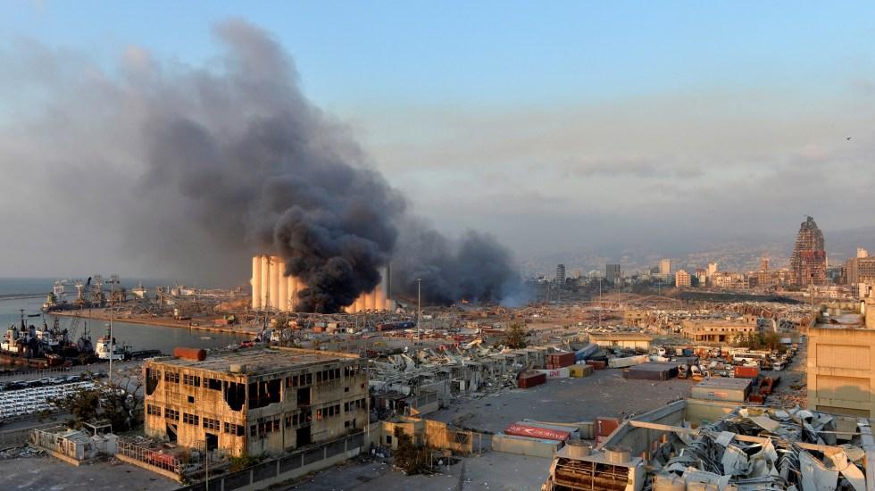 Explosión fue similar a la de Hiroshima y Nagasaki, declara gobernador de Beirut - Columna de humo tras explosión de almacén en Beirut, Líbano. Foto de EFE