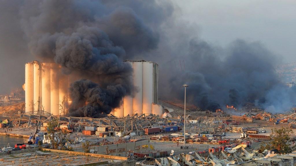 Gran explosión asola Beirut con decenas de muertos y miles de heridos - Columna de humo tras explosión en Beirut. Foto de EFE