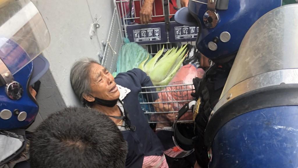 Retiran por la fuerza a vendedora de hierbas en Centro Histórico capitalino - Desalojo de vendedora de hierbas en el Centro Histórico de la CDMX. Foto de @rosariomelusina