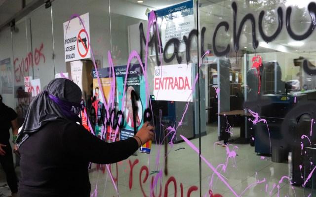 Reconoce Fiscalía CDMX posibles omisiones en investigación del feminicidio de Marichuy - Durante una manifestación en exigencia de justicia para Marichuy vandalizaron las instalaciones de la FGJ-CDMX. Foto de