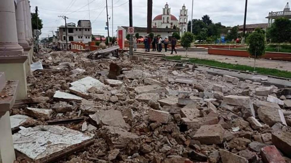 Colapsa en Puebla marquesina del Palacio Municipal de Hueyapan - Escombros tras colapso de marquesina del Palacio Municipal de Hueyapan. Foto de @PeriodicoSerra