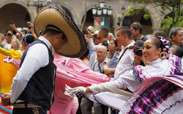 Cancelan en Jalisco festejos patrios y Fiestas de Octubre por COVID-19 - Exposición de danza tradicional mexicana durante el Desfile Cívico Militar de Jalisco. Foto de @CulturaJalisco