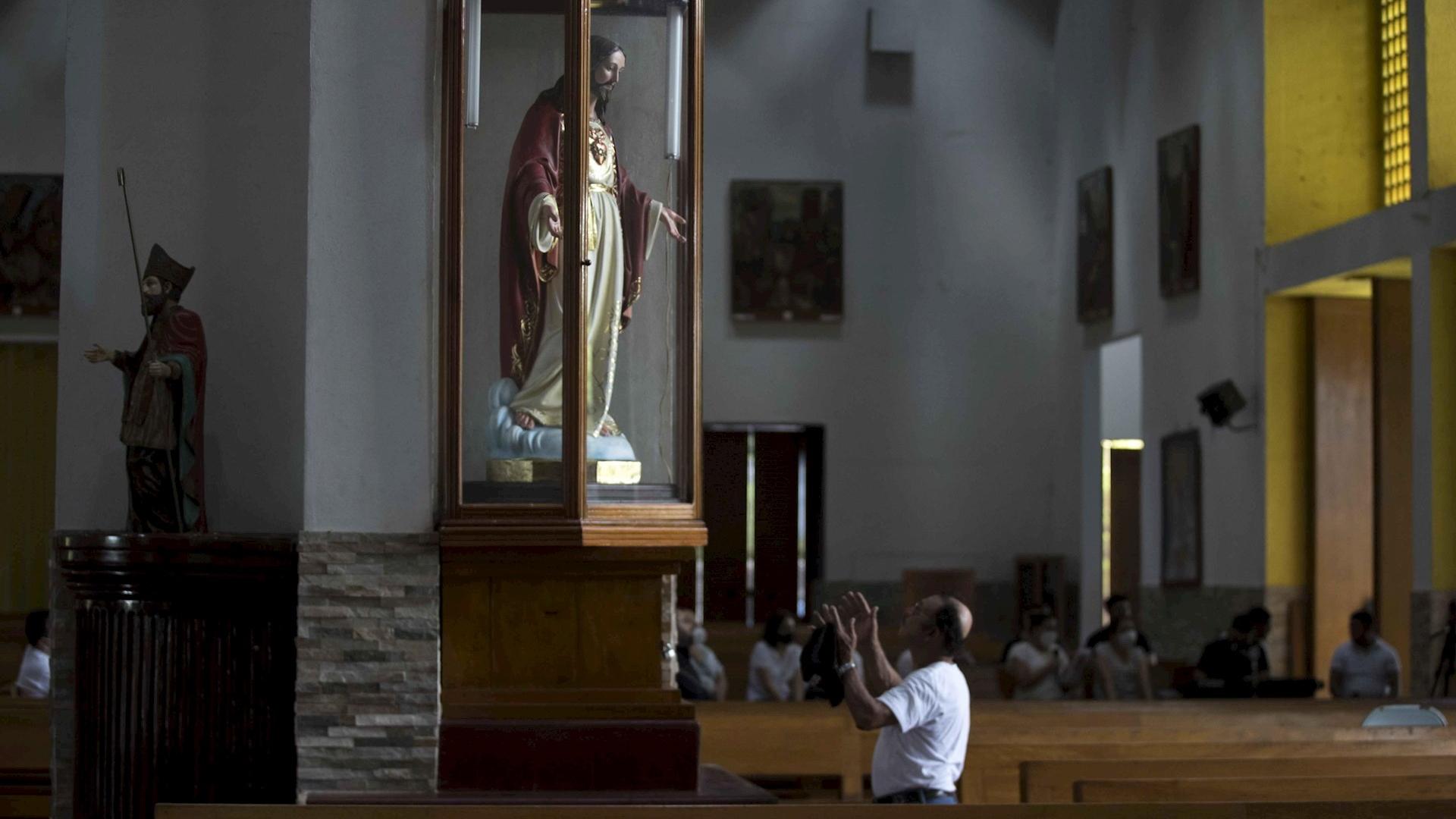 Fieles Managua Nicaragua iglesia calcinada 2