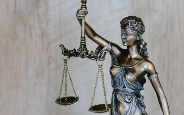Poder Judicial gana independencia con reforma, afirma Arturo Zaldívar - Figura de Dama de la Justicia. Foto de Tingey Injury Law Firm / Unsplash