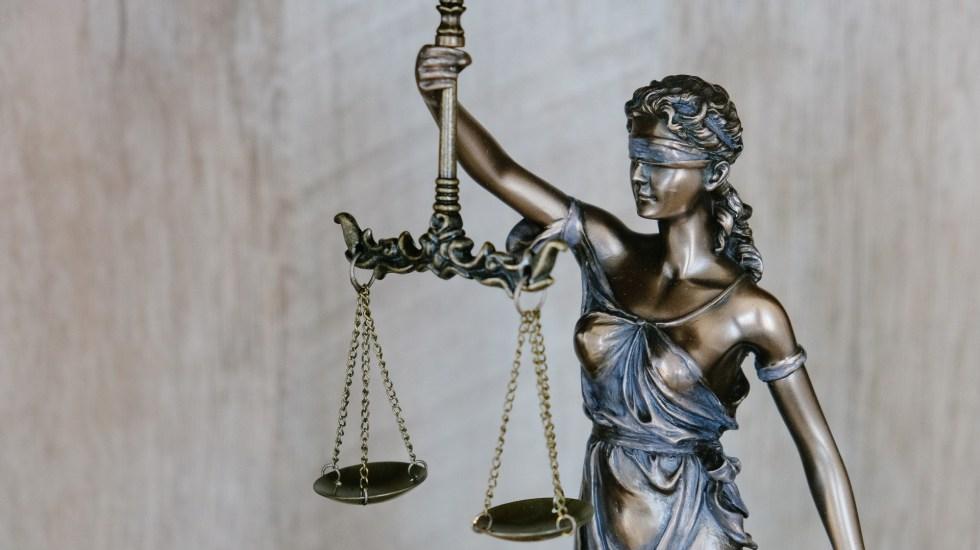 """Morena asegura que Poder Judicial protege a """"élite rapaz y corrupta"""" - Figura de Dama de la Justicia. Foto de Tingey Injury Law Firm / Unsplash"""