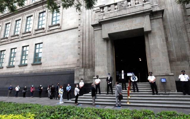 Suprema Corte de Justicia de la Nación reanuda actividades presenciales - Fila para entrar a la SCJN. Foto de @SCJN