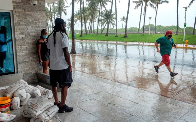 'Isaías' deja zonas de Bahamas anegadas y se degrada a tormenta rumbo a Florida - Foto de EFE