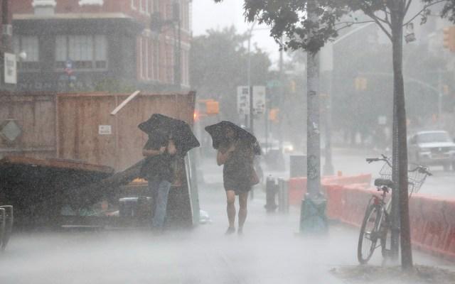 Isaías provoca la muerte de un hombre en su paso por Nueva York - Fuertes lluvias en Nueva York por el paso de Isaías, degradado a tormenta tropical. Foto de EFE