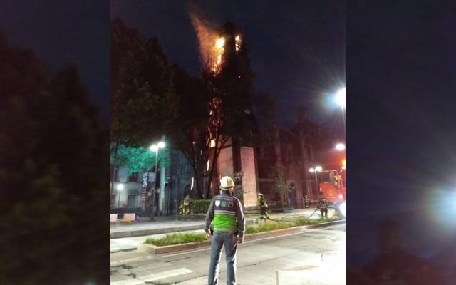 Se incendia campanario de la Iglesia Santa Veracruz en CDMX; hay un lesionado - Incendio en campanario de la Iglesia Santa Veracruz, CDMX. Foto de @SGIRPC_CDMX
