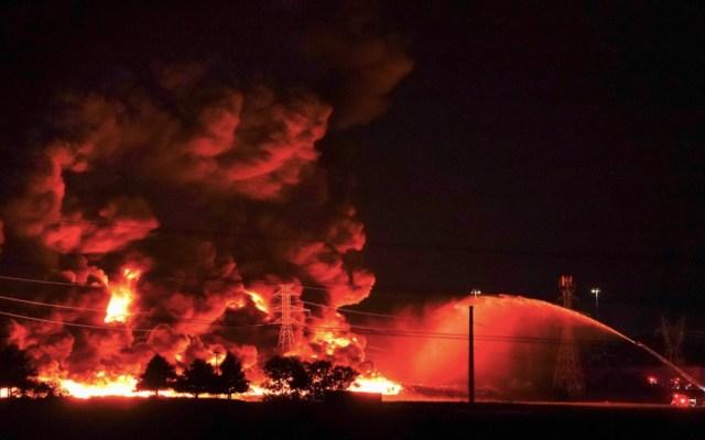 #Video Fuerte incendio consume planta de plásticos en Texas - Foto de @SmileyPool para Dallas News