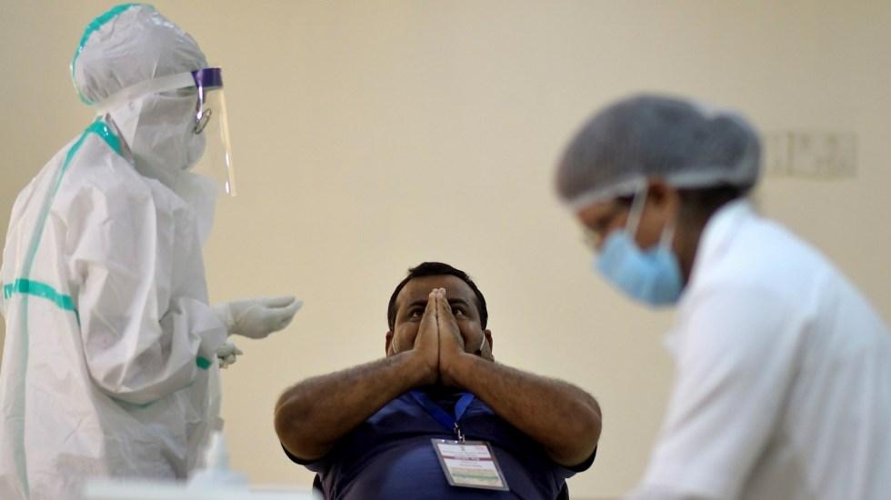 India detiene pruebas de vacuna contra COVID-19 de AstraZeneca - Atención al COVID-19 en India. Foto de EFE/EPA/STR.