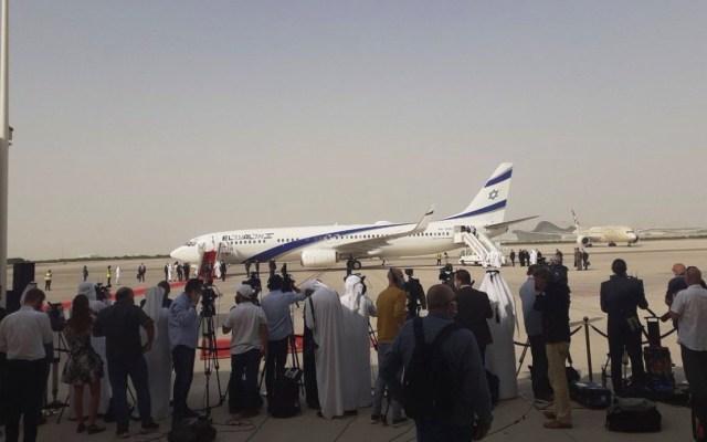 #Video Llega a Abu Dabi el primer vuelo comercial entre Israel y Emiratos Árabes Unidos - Foto de @HananyaNaftali