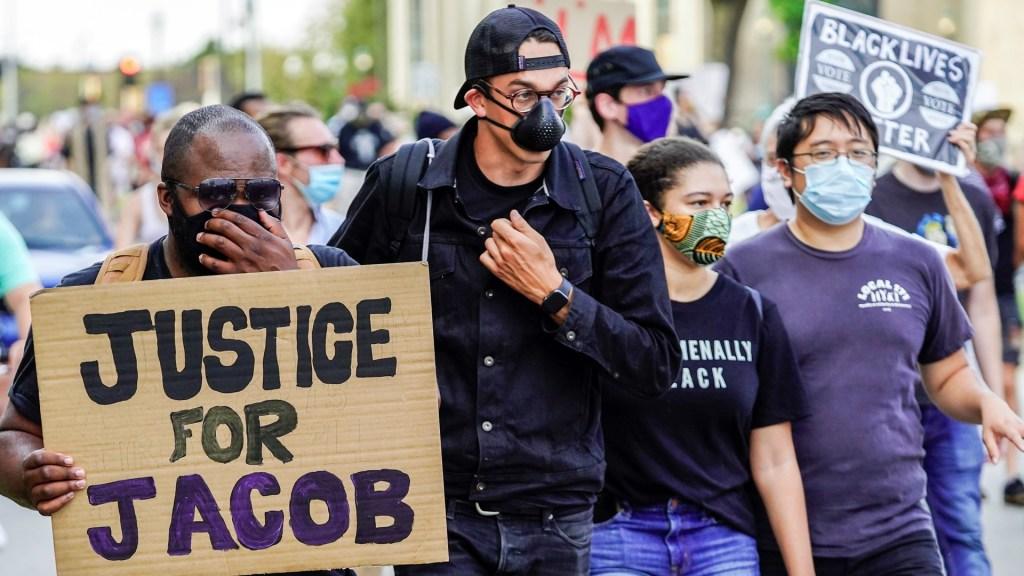 Afroamericano baleado por policía en EE.UU. sufre parálisis - Manifestación en Kenosha, Wisconsin, en exigencia de justicia para Jacob Blake. Foto de EFE