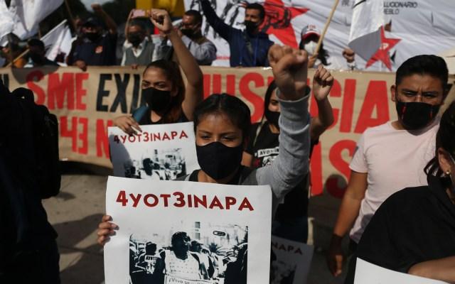 Padres de los 43 normalistas de Ayotzinapa denuncian que aún hay corrupción en Caso Iguala - Padres y familiares de los 43 desaparecidos de Ayotzinapa marchan en la Ciudad de México. Foto de EFE