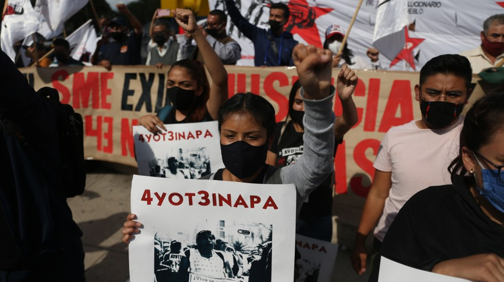 México y CIDH ratifican continuidad del GIEI en caso Ayotzinapa - Padres y familiares de los 43 desaparecidos de Ayotzinapa marchan en la Ciudad de México. Foto de EFE