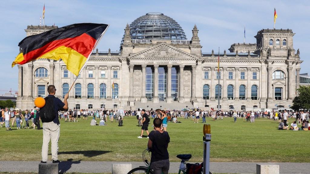 Marcha negacionista de Berlín: en pleno repunte proclaman el fin de la pandemia - Foto de EFE/EPA/FELIPE TRUEBA