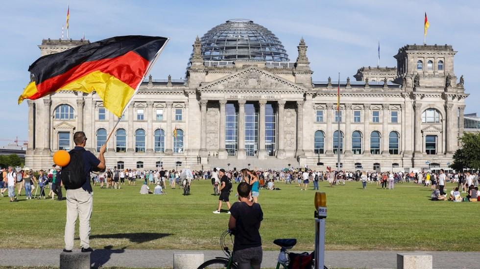 Marcha negacionista de Berlín: en pleno repunte proclaman el fin de la pandemia - Foto de EFE/EPA/FELIPE TRUEBA.