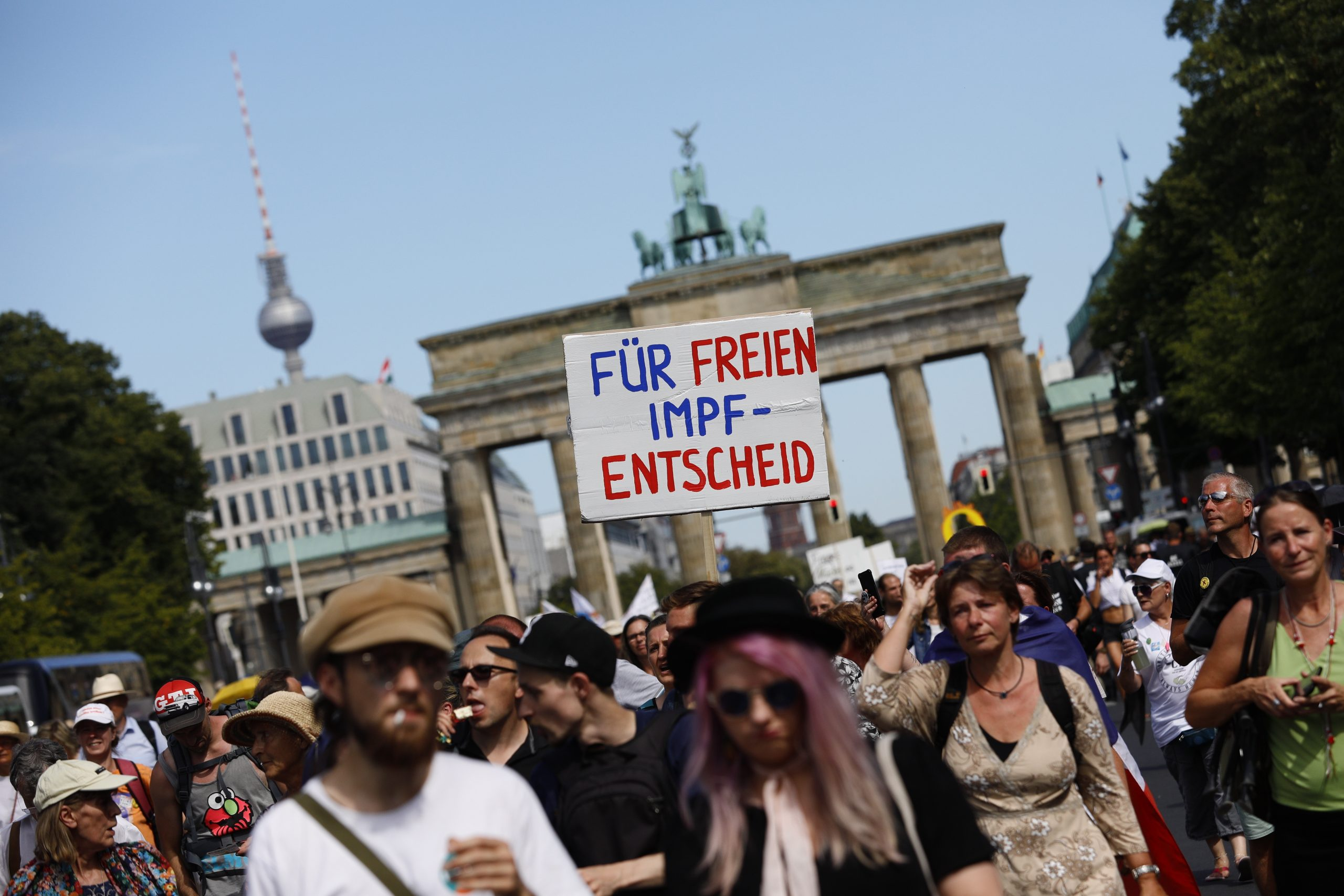 Marcha negacionista en Berlín proclama el fin de la pandemia en pleno repunte. Foto de EFE/EPA/FELIPE TRUEBA.
