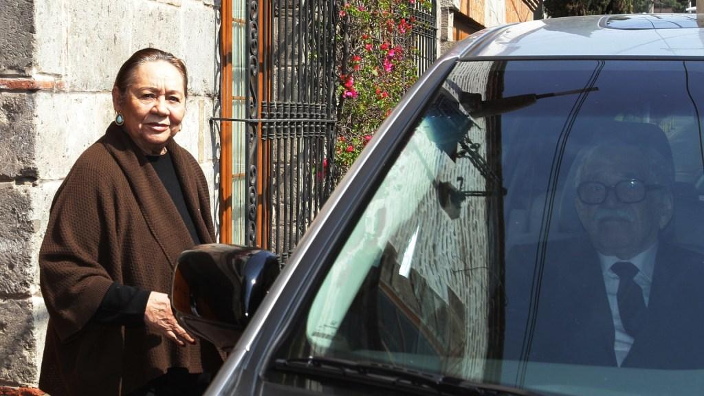 Subastarán objetos personales de García Márquez y Mercedes Barcha - Mercedes Barcha a punto de subir a un auto en el que la espera García Márquez en 2013. Foto de EFE / Archivo