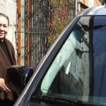 Se abre el armario íntimo de García Márquez y su esposa para una causa benéfica - Mercedes Barcha a punto de subir a un auto en el que la espera García Márquez en 2013. Foto de EFE / Archivo