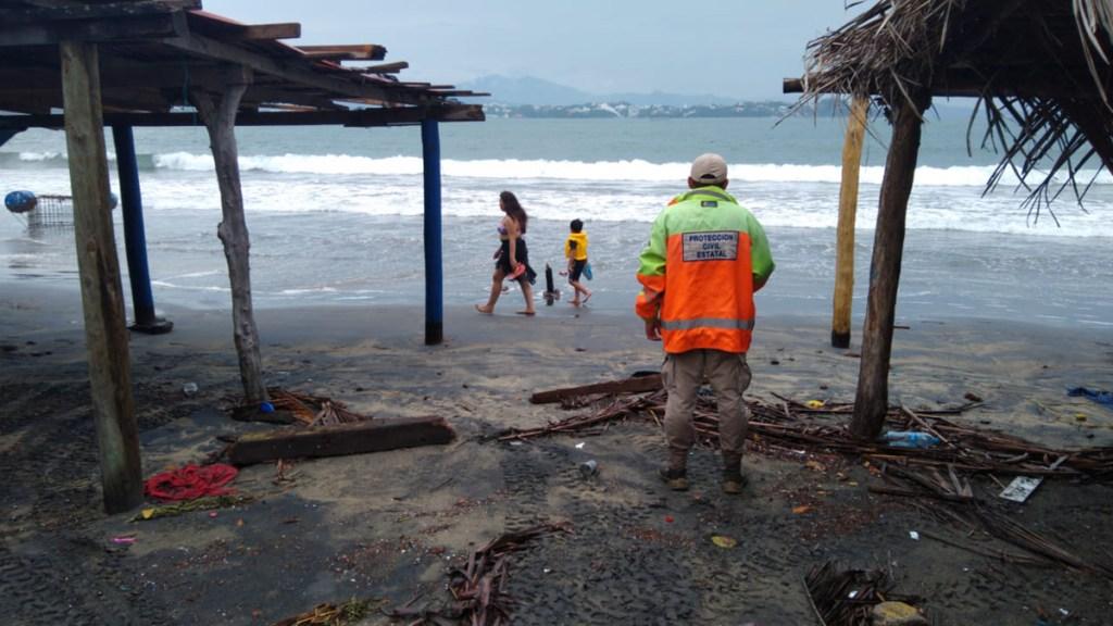 En riesgo ocho millones de mexicanos por huracán Genevieve - Oficiales de PC de Colima en zonas susceptibles de afectación por le huracán Genevieve. Foto de @PC_Colima