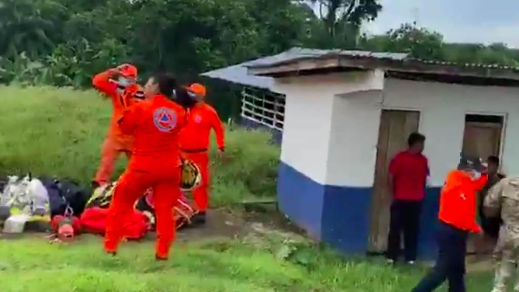 Familia de 11 miembros muere arrastrada por río crecido en Panamá, 9 eran menores - Panamá labores rescate río familia
