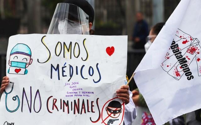 Trabajadores de salud marchan y exigen libertad de médico acusado de abuso de autoridad - Personal de Salud México protesta Ciudad de México