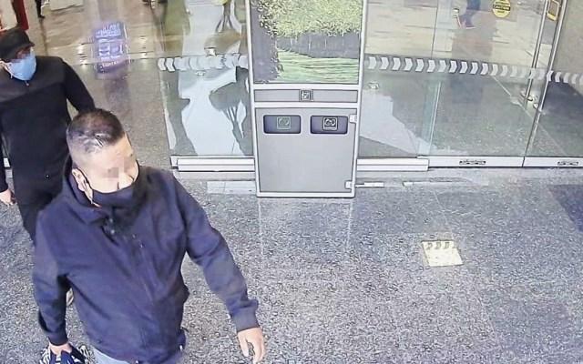Detienen a presunto implicado en robo a casa de cambio en el AICM - Presuntos responsables de asalto a casa de cambio en el AICM. Foto de @MrElDiablo8