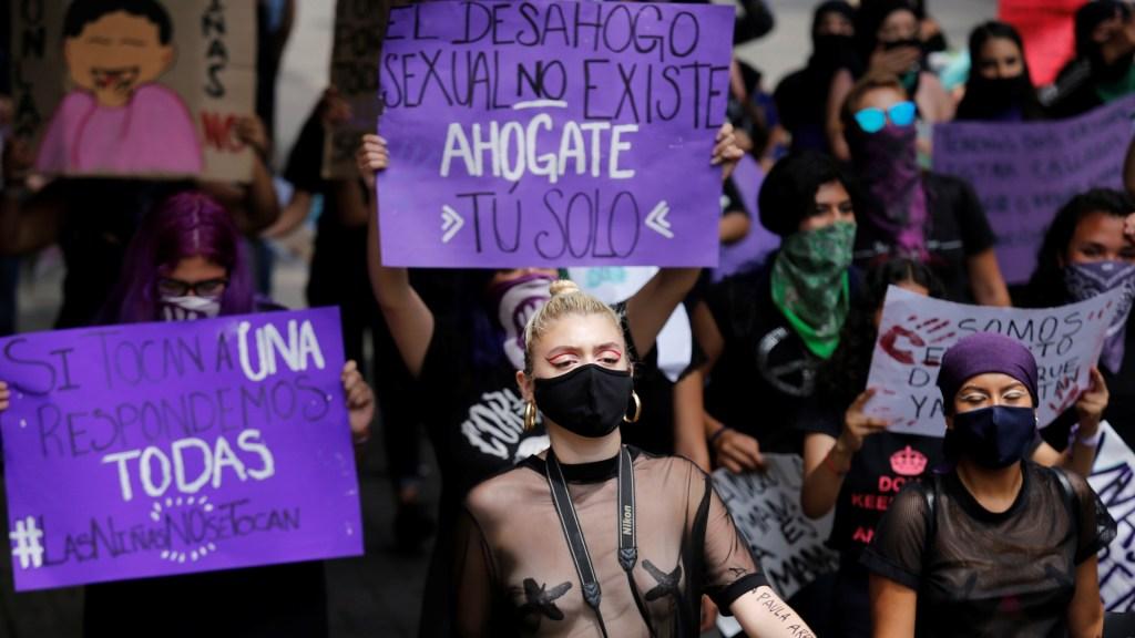 Feministas convocan en México a minuto de paro total y marcha contra la violencia contra las mujeres - Un grupo de mujeres feministas se manifestó en la ciudad de Guadalajara, Jalisco, para exigir justicia en el caso del abuso sexual de una niña de 10 años por un funcionario de la Policía de Puerto Vallarta. Foto de EFE