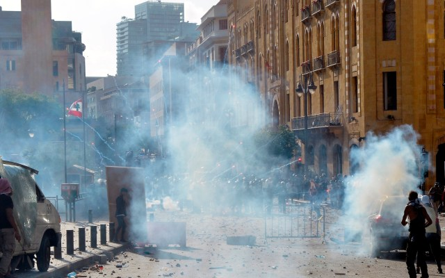 Un policía muerto y 172 personas heridas tras violentas protestas en Beirut - Foto de EFE/EPA/WAEL HAMZEH.