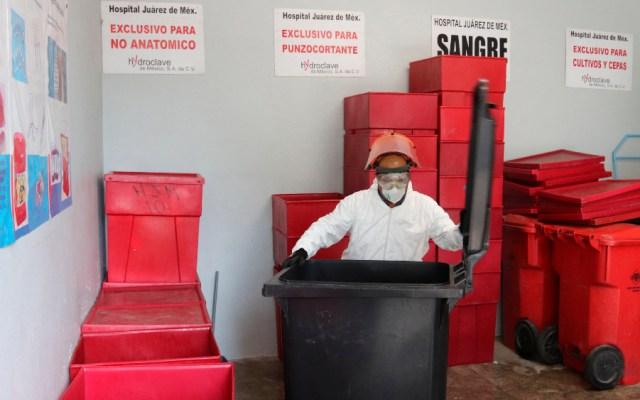 La crucial labor de manejar desechos peligrosos de COVID-19 en un hospital - Foto de EFE
