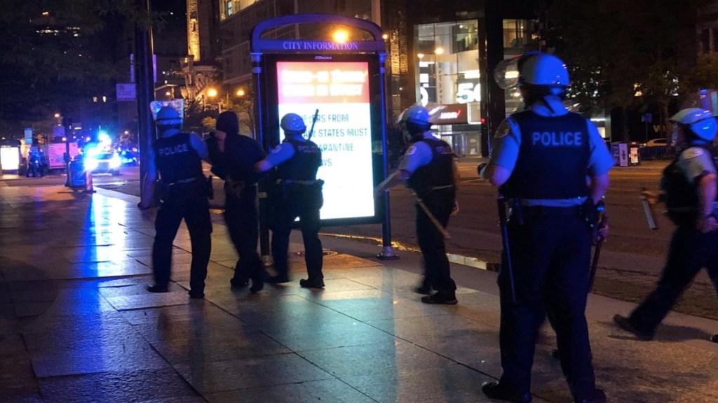 #Video Al menos 100 detenidos y 13 policías heridos tras saqueos y enfrentamientos en Chicago - Foto de @paigexfry