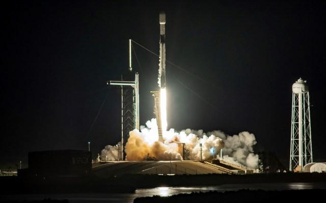 Cancela SpaceX lanzamiento de más satélites Starlink - SpaceX lanzó un cohete Falcon 9 desde el Centro Espacial Kennedy de Cabo Cañaveral en Florida, para poner en el espacio 57 satélites de su proyecto Starlink, dirigido a crear una red de internet de alta velocidad a nivel global, además de dos minisatélites de observación terrestre BlackSky. Foto de EFE