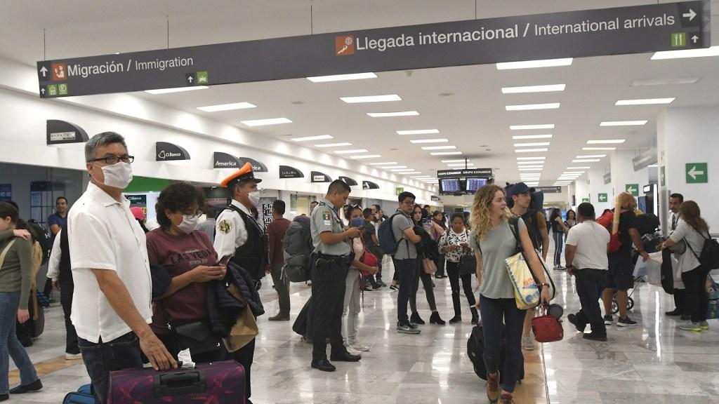 Estados Unidos baja alerta de viaje para México; pide a ciudadanos reconsiderar visita por COVID-19 - Turistas extranjeros México aeropuerto