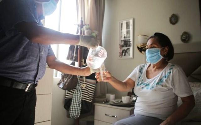 Detecta Colima primer caso de 'Covidengue' - Atención en casa a mujer con COVID-19, en Colima. Foto de @saludcolima
