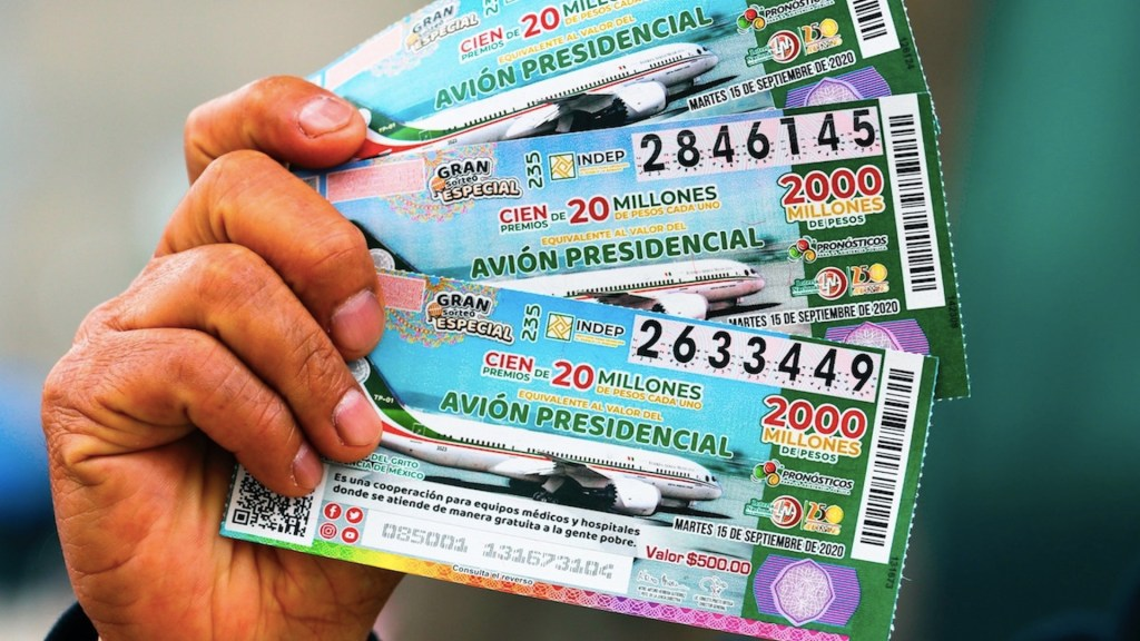 Inai ordena a Lotería Nacional revelar comprobantes de entrega de premios por rifa del avión presidencial - Boletos para rifa del avión presidencial. Foto de EFE / Archivo