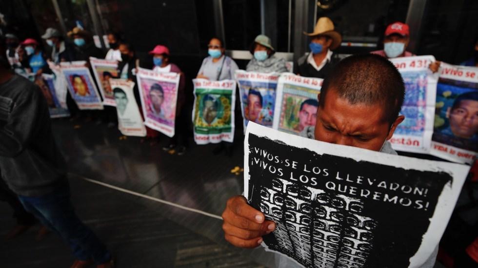 Padres de normalistas de Ayotzinapa preparan movilizaciones - Foto de EFE