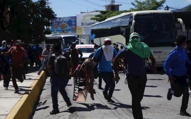 Identificación de estudiante marca sexto aniversario del Caso Ayotzinapa - Manifestantes y padres de los 43 normalistas desaparecidos junto con estudiantes de la Normal Rural