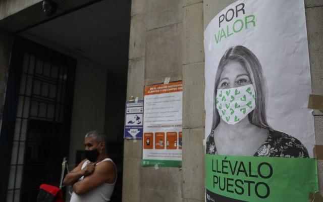 """""""No es apropiado"""" imponer sanciones a quienes no utilicen cubrebocas, asegura López-Gatell - Cartel en la Ciudad de México que invita a usar el cubrebocas para prevenir el COVID-19. Foto de EFE"""