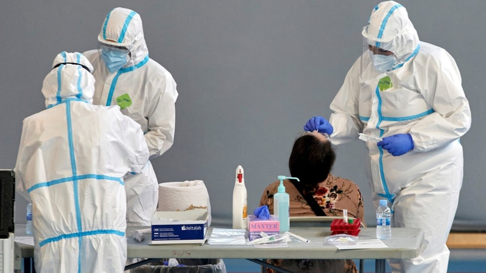 Con 100.8 millones de casos, las cifras de contagios diarios por COVID-19 siguen a la baja - Personal sanitario realiza pruebas PCR durante la campaña de cribado masivo. Foto de EFE/David Borrat/Archivo.