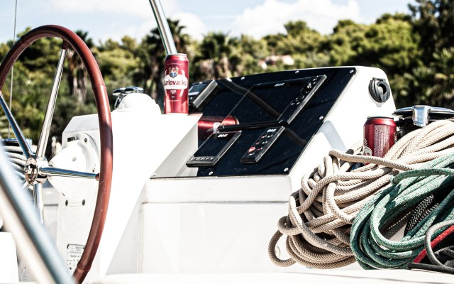 Detienen a empresario en Florida por usar apoyo por COVID-19 para comprar embarcación - Catamarán barco embarcación