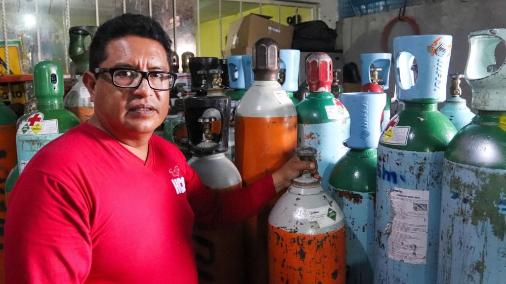 Cofepris pide vigilar correcto uso de tanques de oxígeno en pacientes con COVID-19 - César Hernández, vendedor de tanques de oxígeno en la Ciudad de México. Foto de EFE