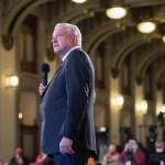 Sastre de Ecatepec es el que hace los trajes de López Obrador
